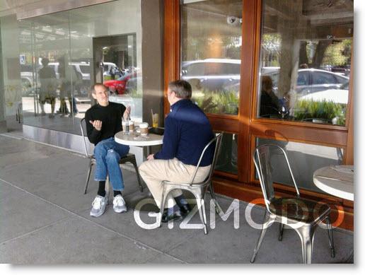 Direktørerne Steve Jobs fra Apple og Eric Schmidt fra Google mødtes for nylig på en Cafe. Hvad snakkede de om?